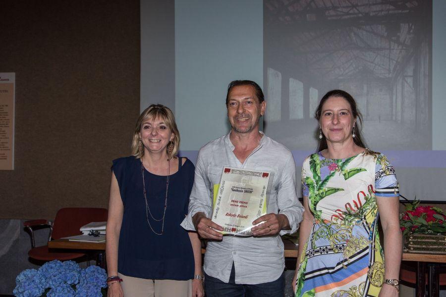 L'Assessore alla Cultura del Comune di Villasanta, Adele Fagnani con Roberto Boiardi , vincitore del primo premio della sezione pittura. A destra Claudia Sala, Presidente del Circolo Amici dell'Arte