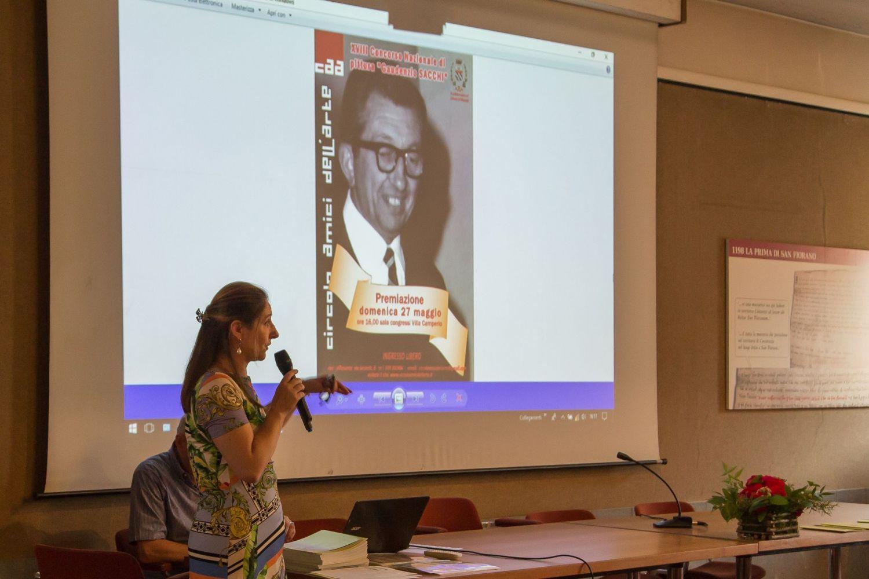 Claudia Sala e sullo sfondo l'immagine di Gaudenzio Sacchi, fondatore del Circolo.