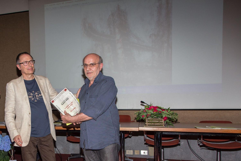 Umberto Casella, membro del comitato organizzatore, premia Ezio Arosio (3° premio ex aequo)
