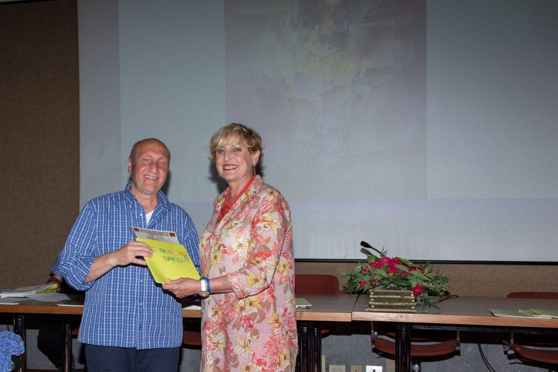 Carlotta Panzeri Pittrice e insegnante dei nostri corsi di pittura consegna il premio  a Antonio Altieri (ritira il 3° premio Giuseppe Macella)