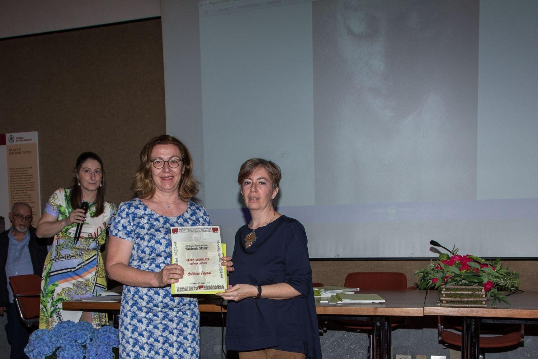 Maria Anastasia Colombo consegna il diploma di segnalazione per la sezione pittura a Cristina Pagani