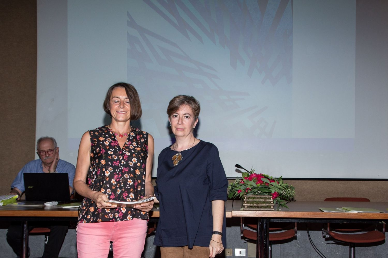 Maria Anastasia Colombo consegna il diploma di segnalazione  per la sezione pittura a Silvia Brambilla