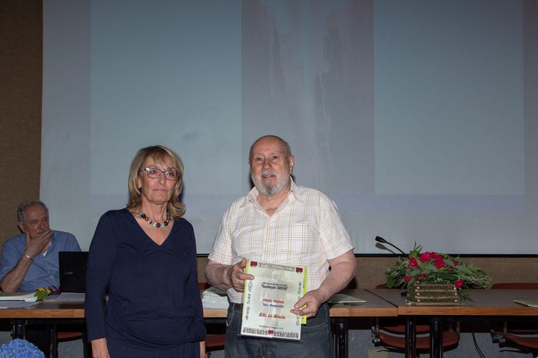 Rita La Monica, ritira il primo premio della sezione Acquerello dalle mani di Franco Nannini, pittore e socio storico del Circolo