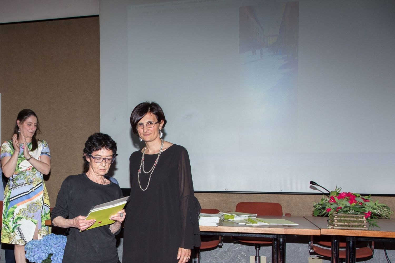 Daniela Boscolo ritira il 2° premio della sezione acquerello  dalle mani di Maria Malacrida, (a destra) nipote di Gaudenzio Sacchi.