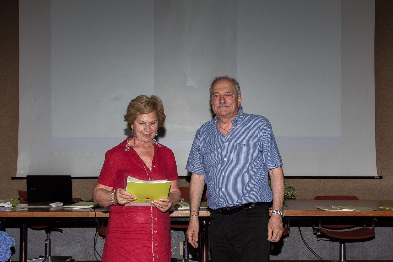 Gabriella Taragni riceve il 3° premio della sezione acquerello da Gianni Di Paola, vicepresidente del CAA e membro del comitato organizzatore.