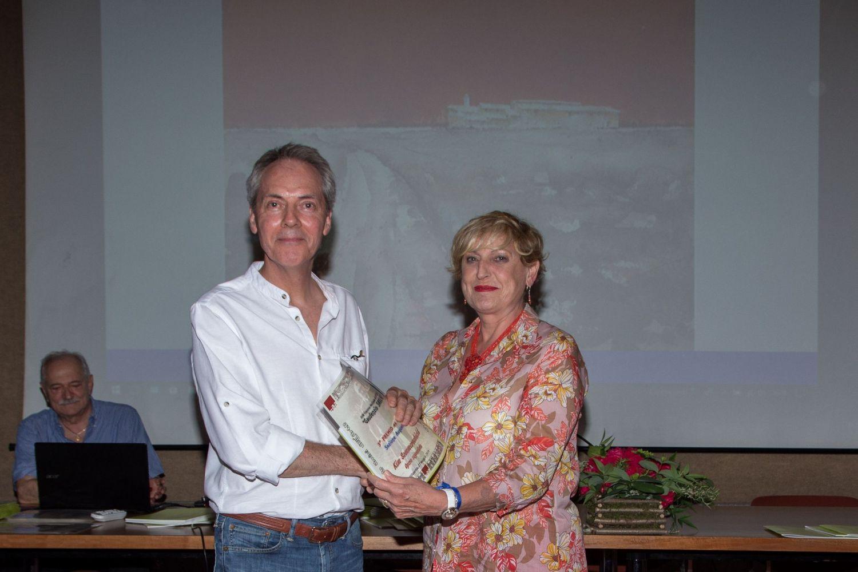 Kim Sommerschield riceve il 3° premio della sezione acquerello da Carlotta Panzeri