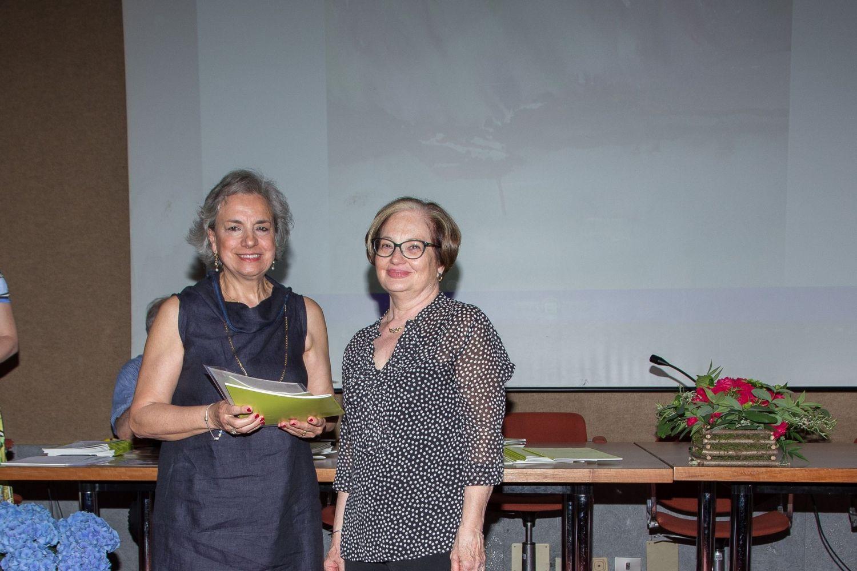 Grazia Messineo riceve il 3° premio della sezione acquerello dalla signora Marilena di Antares