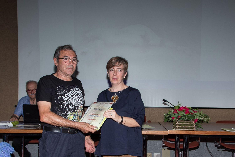 Gian Manet riceve il 3° premio della sezione acquerello da Maria Anastasia Colombo, insegnante dei nostri corsi e membro del Comitato Organizzatore