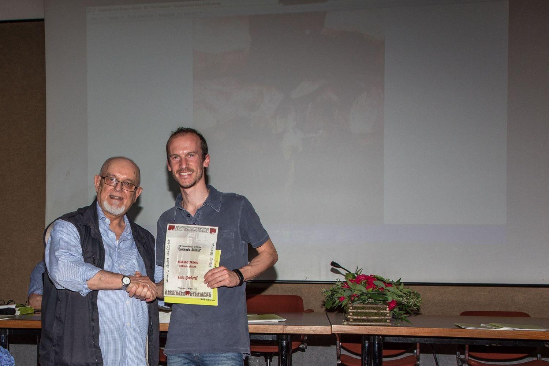 Alberto Ferrari, pittore e membro della giuria consegna il 2° premio della sezione pittura a Luca Gobbetti.