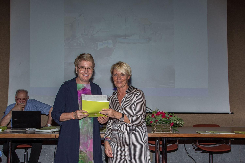 Cristina Magnaghi (a sinistra) riceve il 3° premio della sezione acquerello da Angela Calloni