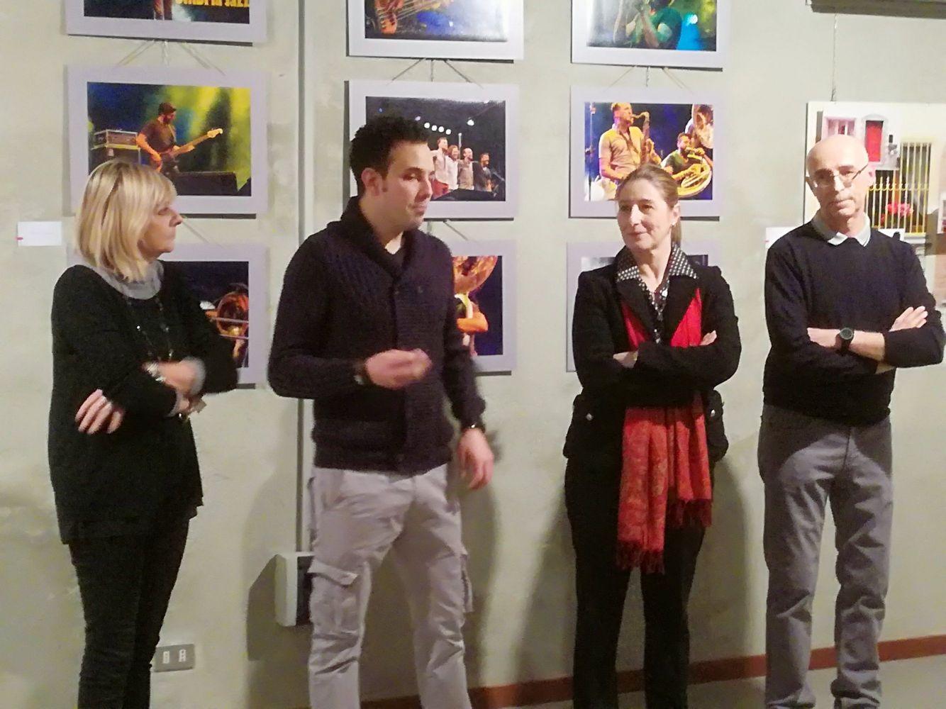 L'assessore alla cultura Adele Fagnani, il presidente del Circolo  Claudia Sala e al suo fianco i due responsabili  della sezione fotografia: Marco Crippa e Daniele Locati