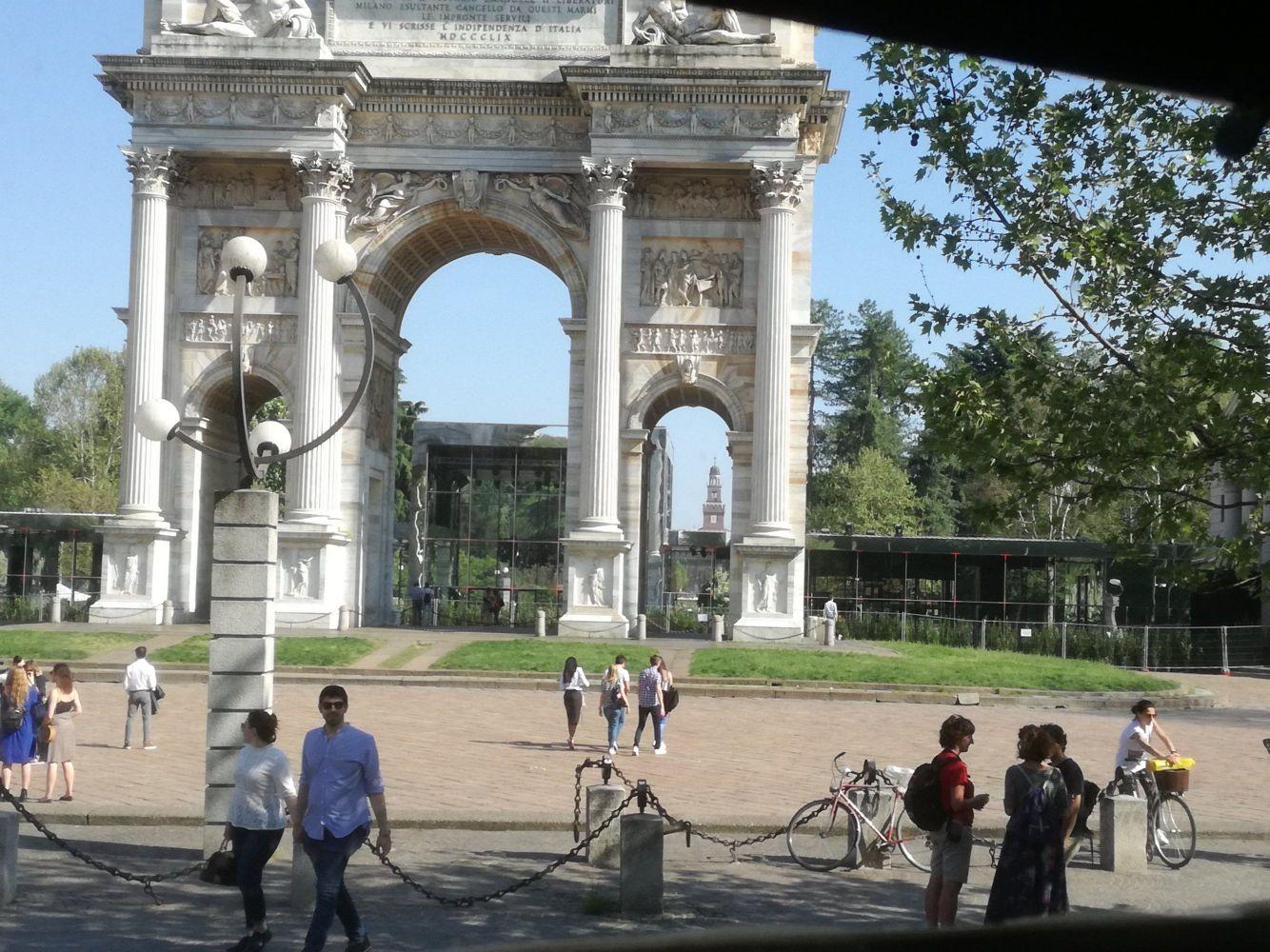 L'Arco della Pace e nella porta di destra si vede  la torre del Filarete.