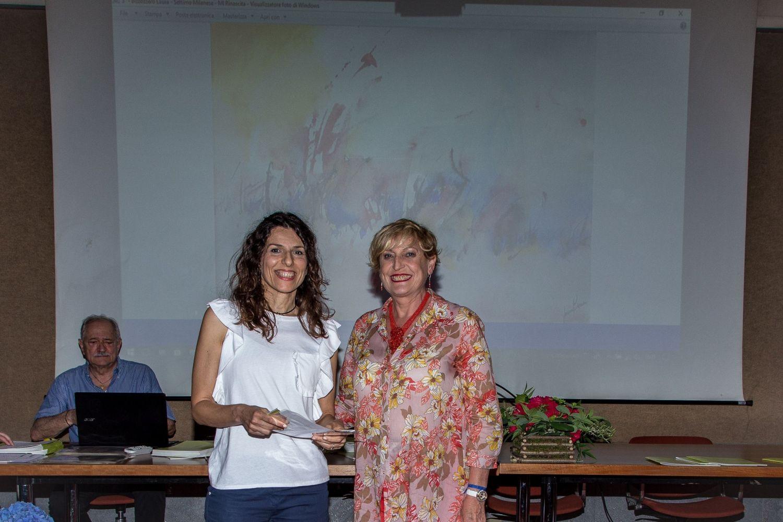 Laura Bizzozzero riceve il 3° premio della sezione acquerello da Carlotta Panzeri