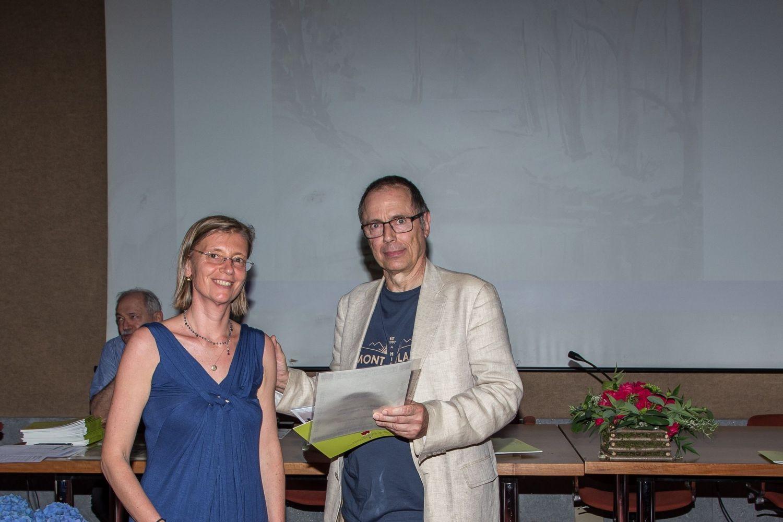 Umberto Casella consegna il diploma di segnalazione  per la sezione acquerello a  Laura Zavelani