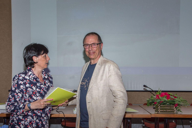 Umberto Casella consegna il diploma di segnalazione a Elena Gianni (ritira Pinucci Pagnoni)