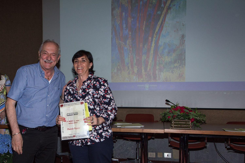 Gianni Di Paola premia Pinuccia Pagnoni (3° premio ex aequo)