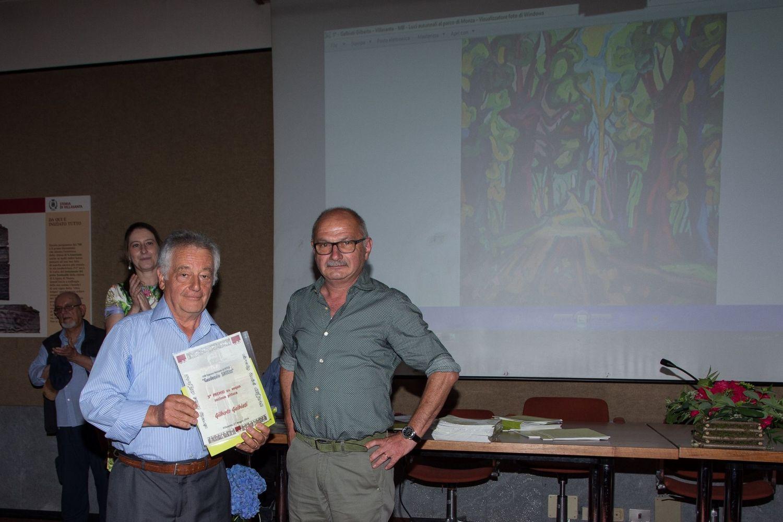 Marino Magni, sponsor storico, (a destra) premia Gilberto Galbiati (3° premio ex aequo).